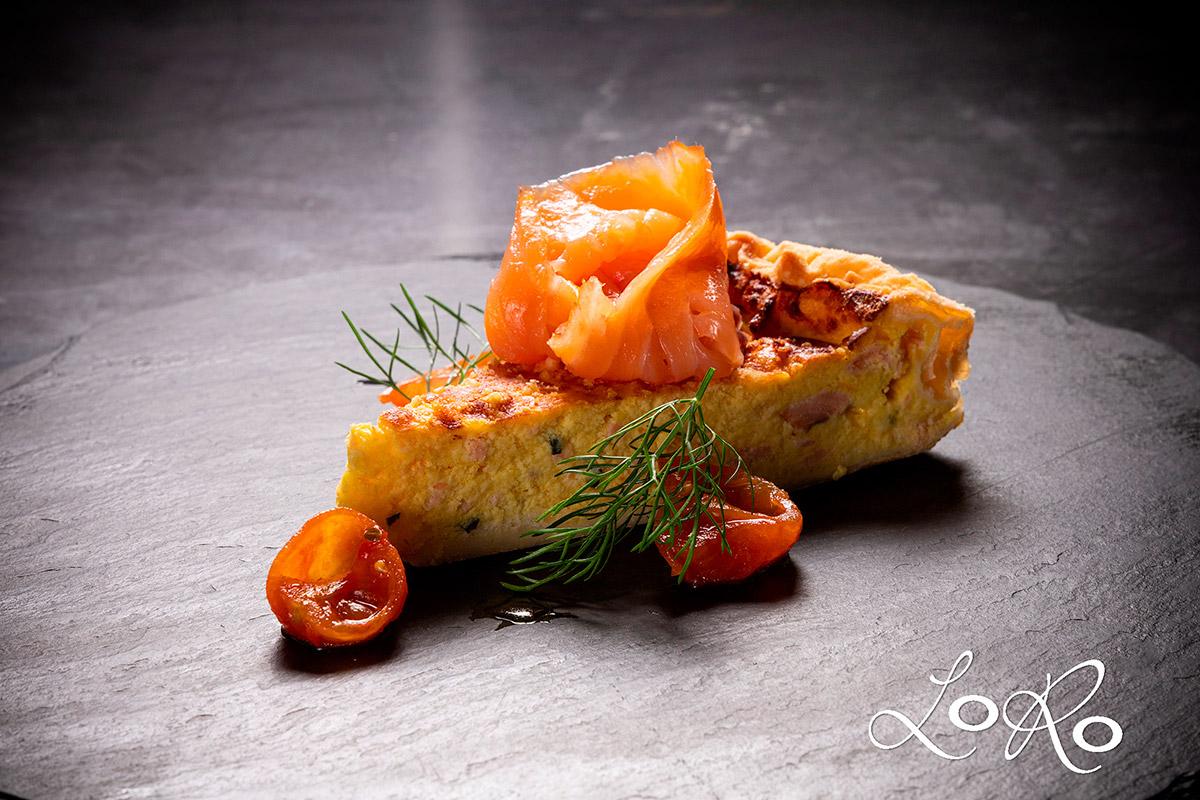 Torta salata al salmone e pomodori confit